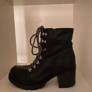 Jättetuffa och bekväma boots med klack. Använda ett fåtal gånger, så dom är i ett gott skick. Dom är i storlek 38 men passar mig som vanligtvis har 36/37.