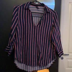 Säljer denna skitsnygga skjortan/blusen från H&M. Använd typ 3 gånger så i toppskick. Mörkblå med vita & röda streck. Armarna är 3/4.Frakt 63kr