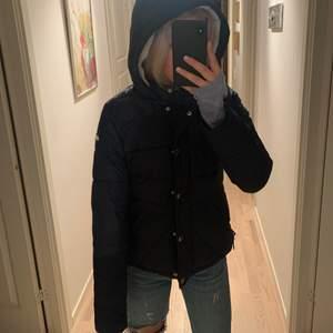 Mörkblå vinterjacka ifrån hollister med ett litet diskret märke på sidan. Den är i storleken M men sitter bra på mig som har s i vanliga fall. Den är jättevarmt och skön. 💗