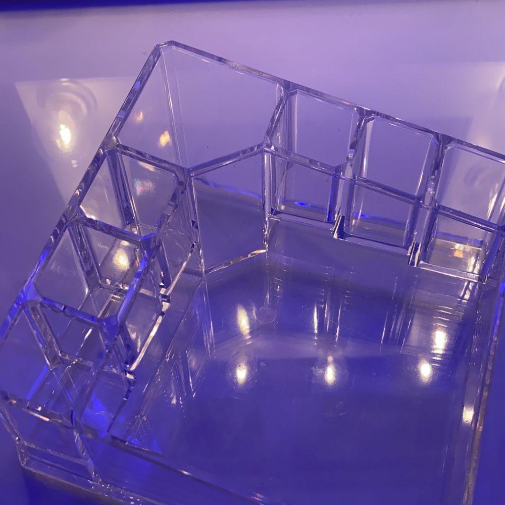 Transparant sminkställ i plast uppdelad i 8 delar ❤️❤️ används inte längre tyvärr men den är i jättebra skick. Accessoarer.