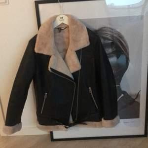 Använd endast 1 gång, oversized, från HM, tjock material som håller till vintern!! ❤️ fake leather