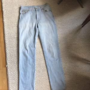 Calvin Klein jeans i ljus blå som är raka och mid waist bra kvalitet