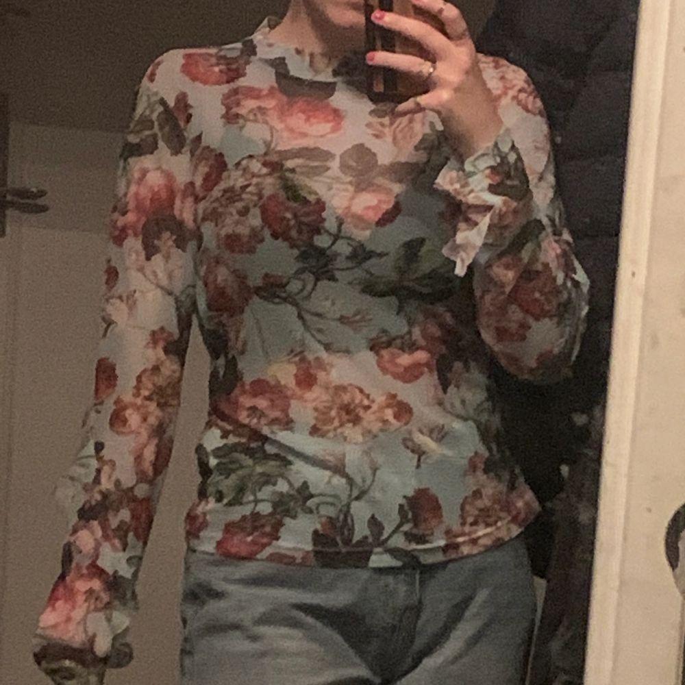 Blommig mesh tröja köpt från NA-KD. 150kr + frakt.. Skjortor.
