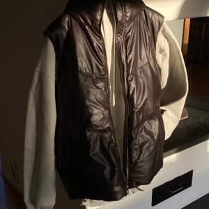 OANVÄND ‼️ Väst med hög krage i brun/svart skinneffekt - är samt lite oversized om man är lite kortare 🤎 (prislapp kvar)