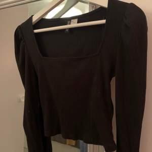 Säljer denna tröjan från hm, stl s! Den är uringad och har lite boxigare armar. Kan mötas upp i Gävle/Söderhamn annars skickas för 53kr ✨