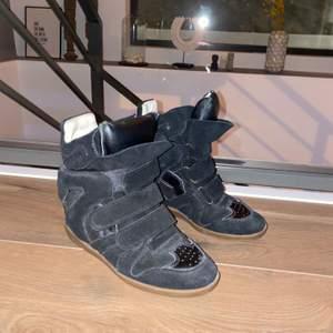 Jag säljer nu mina fina Isabel Marant skor som jag älskar men tyvärr inte har någon användning för längre. Skorna är äkta men jag har tyvärr varken kvitto eller box kvar men jag kan garantera att de är äkta! 38 och i fint skick!!