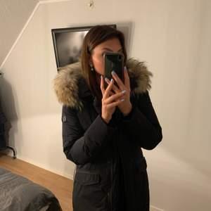 Woolrich Vail Parka, st S Köpt 2019 och använd i knappt en säsong. Fint skick på både jackan och pälsen. Säljer pga att min stil har förändrats.  En längre modell på jacka som är mer figursydd.  Ny pris: 7 500kr, köpt i Woolrich butiken i Göteborg.