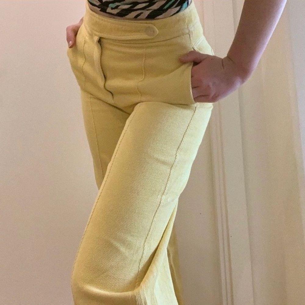 """Ett par superfina gula byxor i manchester-liknande material från Mango i rak bred modell. Första bilden är @aliciafranzen men de andra bilderna är mina bilder! De är i perfekt skick, använder dem bara inte tyvärr eftersom de inte är min stil. En knapp innanför den gula """"fliken"""" saknas, kan dock sy fast en ny. Syns dock inte alls och som ni ser på mina bilder är den andra knappen som syns kvar! :). Jeans & Byxor."""