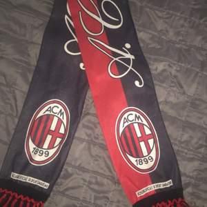 Äkta AC Milan halsduk köpt i San Siro, Italien. Passar alla, One Size!  •••köparen står för frakten•••