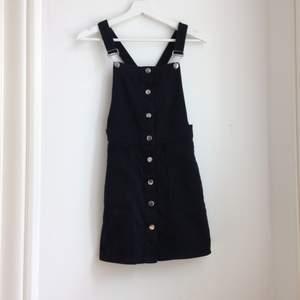 Säljer en jättefin svart hängselklänning i stl XS från H&M i fint skick.