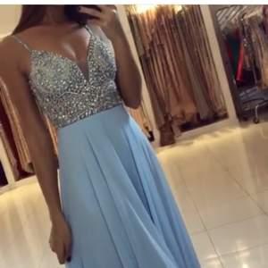 Äkta Jovani festklänning i ljusblå färg köpt på Beauty Queens i Södertälje. Första ägaren till klänningen och den är kemtvättad. Priset kan diskuteras vid snabb affär!