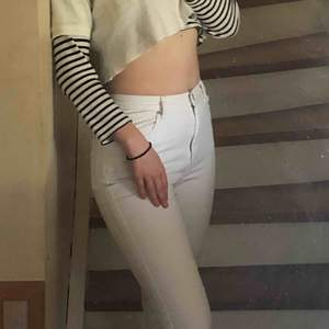 Ett par super snygga vita jeans med en ganska rak model, silver kedja och knapp. Lite fläckar som knappt syns men skulle också kunna gå bort med lite vanish☺️🌸 priset är inklusive frakten! Kontakta för mer frågor och bilder om önskas!