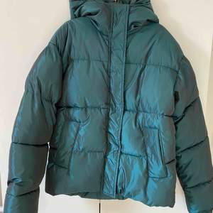 Grön vadderad jacka från NA-KD.  Jackan är i mycket fint skick då den är använd endast två gånger. Nypris 699 kr. Storlek: 34, jackan är stor i storleken. Köpare står för frakt.✨ Pris kan även diskuteras