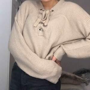 Jag säljer en jätte mysig beige långärmad tröja. Storlek M men passar även som S. Använd några få gånger, bra skick!