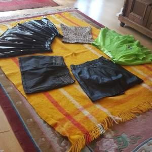 Short new skirts don't fit me.Man kan också köpar en. Jeans and black tight skirt 89 each. Shiny skirt and green 99 each  och tiger 50.50.350 for all