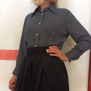 Vintage skjorta, mörkblå med vita prickar, jätteskönt material. 70 tals-stil