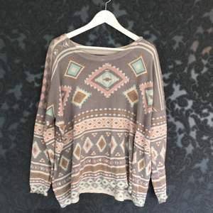 En snygg tröja med massa mönster från bikbok, loosefit.