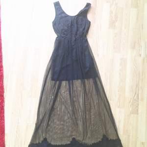 Ruggigt fin långklänning!  Hade denna på min bal, sen har den bara hängt i garderoben tyvärr. Väldigt skön underklänning med broderat tyll utanpå ✨  Passar XS-M Priset är diskuterbart. Möts upp i centrala Sthlm eller skickar mot frakt 🌿