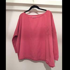 Snygg rosa topp/blus från SVEA i härligt material och rosa färg. Aldrig använd!! Passa på att fynda till lågt pris!