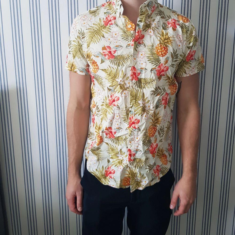 Oanvänd sommarskjorta från Jack & Jones. Ursprungspris 600kr.. Skjortor.