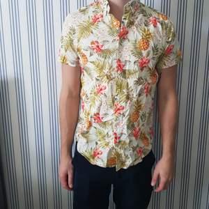 Oanvänd sommarskjorta från Jack & Jones. Ursprungspris 600kr.