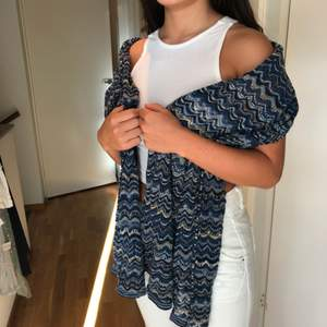 En missoni-inspirerad halsduk från Lindex. Kan mötas i Stockholm eller posta, köparen står för frakt.