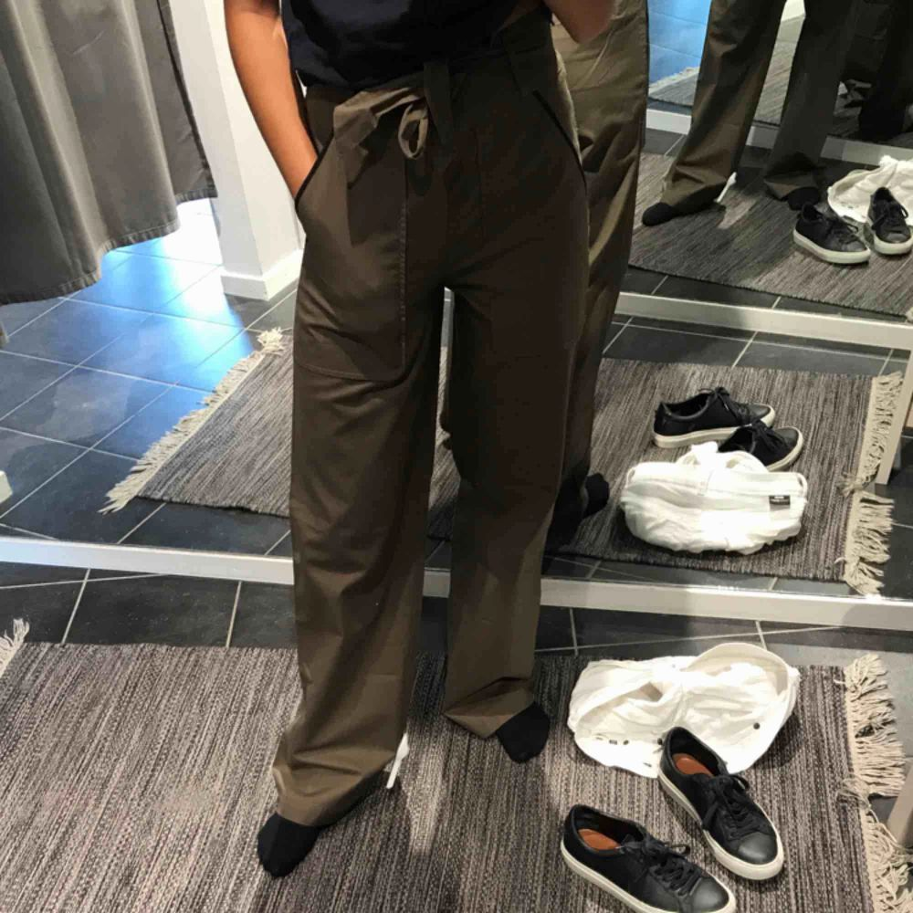 Filippa K byxor.  Aldrig använda utan endast testade då dem är för långa som ni ser på bilderna ;P (158cm)  Nypris 1600kr   Bättre bilder kan ordnas om så vill, tags är kvar på!. Jeans & Byxor.