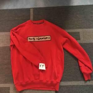 Jättesnygg röd college tröja i storlek XL men är mer medium (på mig). Köpt på Humana och har använt den sparsamt. Tröjan har dock fläckar som ej går bort i tvätten men syns knappt på avstånd.