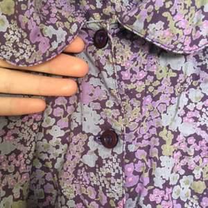 Blommig skjorta m lite puffärm och rund krage. Märkt som barnstorlek 158, men användes när jag var XS. Inklusive frakt.