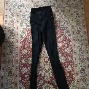 Stretchiga Dr Denim jeans i storlek XXS. Använda ett fåtal gånger  Köpare står för eventuell frakt. Kan mötas upp i Stockholm