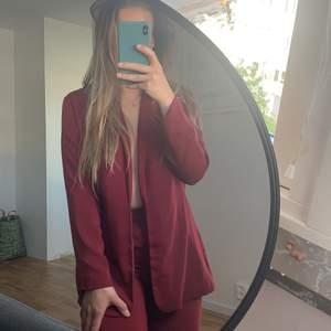 Kostymsett från  NA-KD x Hanna Lichous. Finns inte längre att köpa. Använt max 2 gånger. Superfin lila/vinröd färg och sitter som en smäck! Går att köpa separat! 350 för båda delarna, 200/styck.