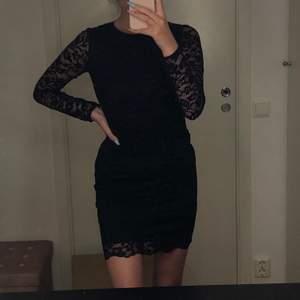 Klänning från Gina med svart spets och jätte fin rygg! Säljes pga att jag inte fått så många tillfällen att använda den.