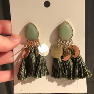 Jättefina örhängen i trendig mintgröna färg. Helt oanvända då jag har två par. Nypris: 99kr. 🥰🥰