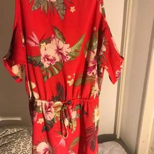 En fin och blommig jumpsuit. Säljs bara i Helsingborg.