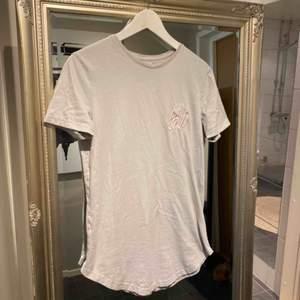 Snygg t-shirt, egentligen herr men jag har själv använt den istället!   Skick: Gott skick, inga synliga skador!  Kan skickas för 22 kr 💌
