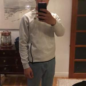 Fin grå tröja från Jack & Jones. Väldigt bra skick och nästan aldrig använd.
