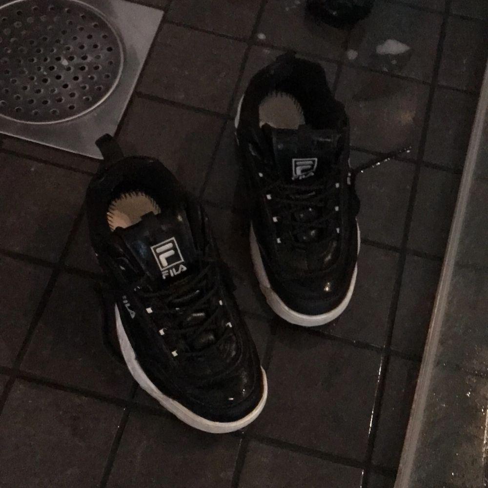 Hej sälje ett par fila används 5 gånger svarta . Skor.