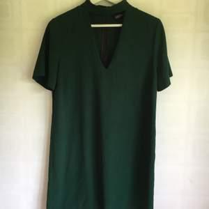 Mörkgrön (mossgrön? Superfin färg!) klänning från Zara i stilren passform. Använd några gånger, men fortfarande i nyskick! Kan mötas upp i Lund, eller skicka via post:) (frakt tillkommer)