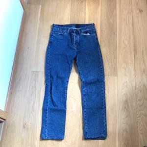 Säljer ett år raka mörkblå jeans som jag nästan aldrig använt. De är i storleken w29 men jag skulle säga att de passar 28,27. Fraktar gärna men kan mötas upp i malmö/lund.