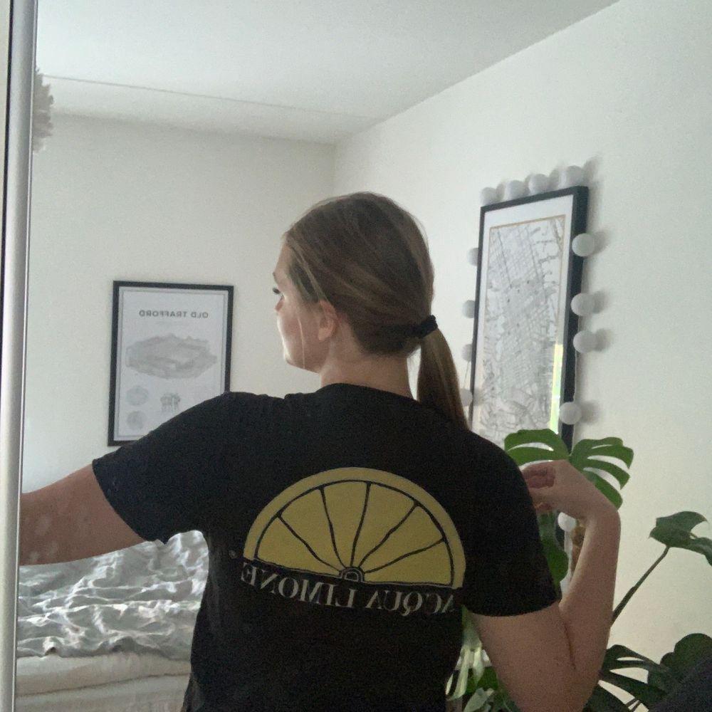 Fin T-shirt använd fåtal gånger då jag även har en mörkblå liknande. Fint skick bjuder på frakten. Nypris Crika 599kr.. T-shirts.