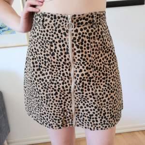 Jättefin kjol med stora fickor och dragkedja. Från Monki i storlek 38. 60 kr + frakt, kan även hämtas i Gbg 🌹