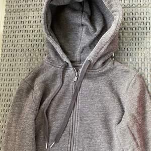 Väldigt skön munckjacka från H&M, säljer för att jag inte använder den så den hänger bara i garderoben💓  Frakt tillkommer med 63kr💓✨