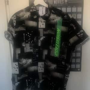 Köpt från asos men typ aldrig använt den. Använt den som oversize skjorta så den är i strl M (killstorlek)