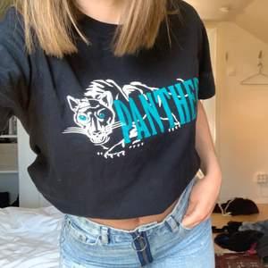 Cool T-shirt som tyvärr inte kommer till användning, bra kvalitet! Tryck med panthers på i turkos. Den är inte croppad! Hittat second hand🐬