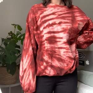 Cool tie dye tröja från junkyard. Säljer pga använder den tyvärr aldrig