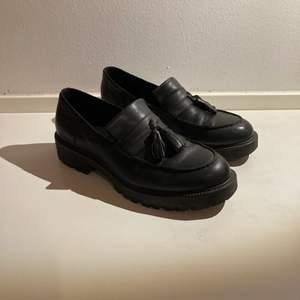 Nästan oanvända Vagabond loafers. Finns i Sthlm. Kan mötas upp alt skicka! Mottagaren betalar frakt.