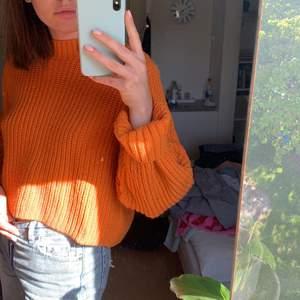 Så fin orange stickad tröja från Weekday som tyvärr inte kommer till användning längre. I nyskick! Köpare betalar frakt 🧡