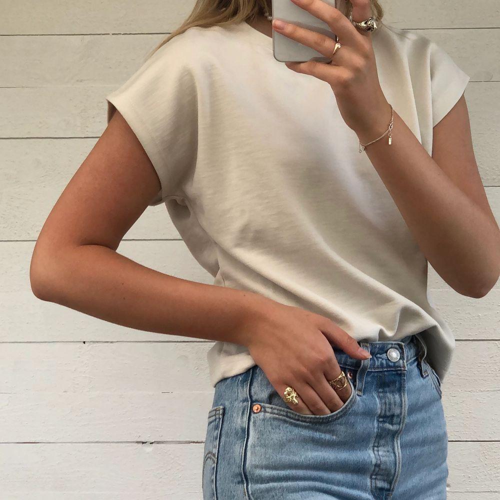 T-shirt från NA-KD i en superfin beige färg. Använd ett fåtal gånger och passar till det mesta. Materialet är jättefint och gediget. Hör av er vid intresse! 💞. T-shirts.
