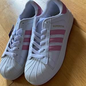 Adidas skor i storlek 40 passar som 39. Kostar 300kr. Oanvänt💕😀. Kan posta ☺️