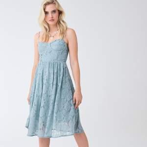 En superfin ljusblå klänning i spets som aldrig använts, prislappen sitter till och med kvar. Nypris: 499 kr. Frakt står köparen för själv.